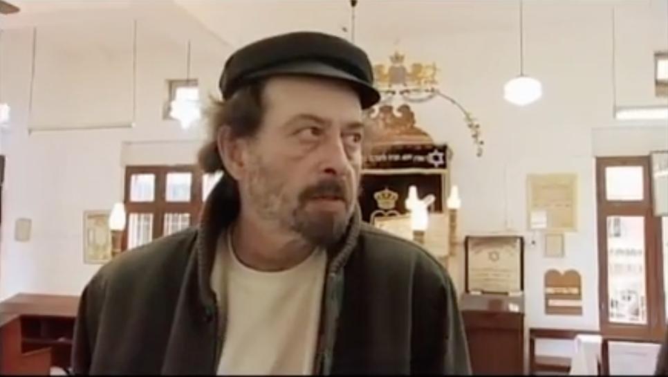 אדם ברוך בבית הכנסת זכרון ברוך. מתוך ״מות האדמו״ר״, סרטו של רון מיברג