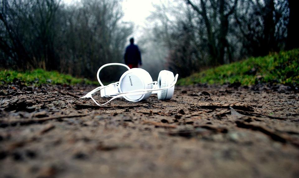 רמקולים או אוזניות?